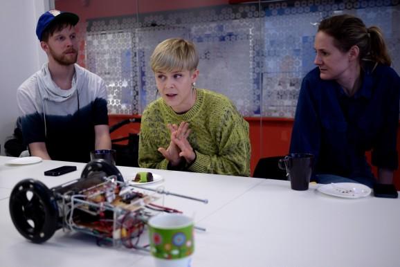 Jonas Erdenberg, Robyn och Lina Thomsgård besökte KTH för att prata robot.