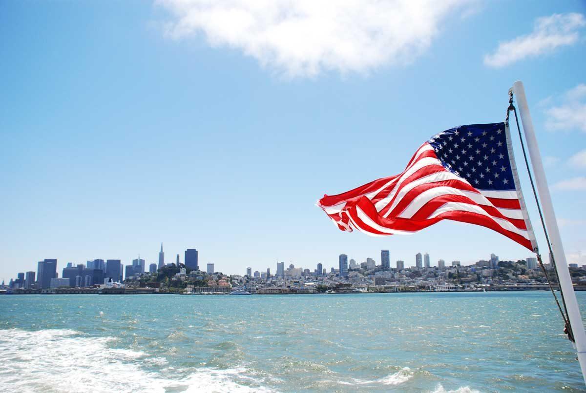 San Francisco sett från båten till Alcatraz Den amerikanska flaggan i förgrunden. Foto: Fredrik Wass