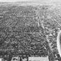 Utsikt från flygplan över stad